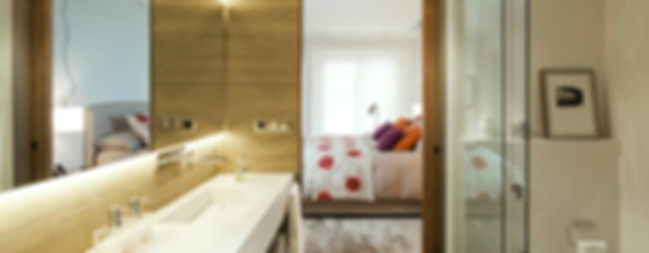 Vivienda en Sant Cugat del Vallès, Barcelona Dormitorios de estilo moderno de DyD Interiorismo - Chelo Alcañíz Moderno