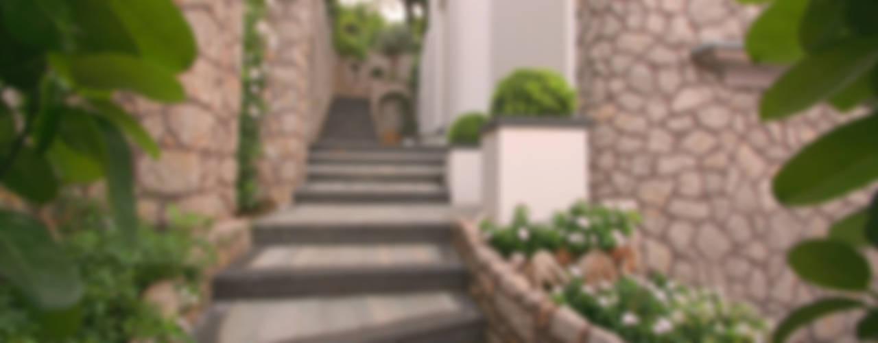 Pasillos, vestíbulos y escaleras de estilo mediterráneo de Imperatore Architetti Mediterráneo