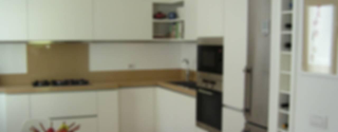 La cucina a giorno: Cucina in stile  di Arch. Silvana Citterio