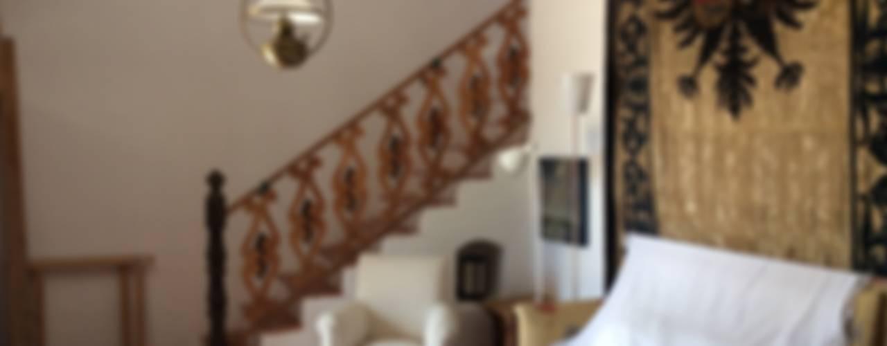 Pasillos y vestíbulos de estilo  por Anticuable.com