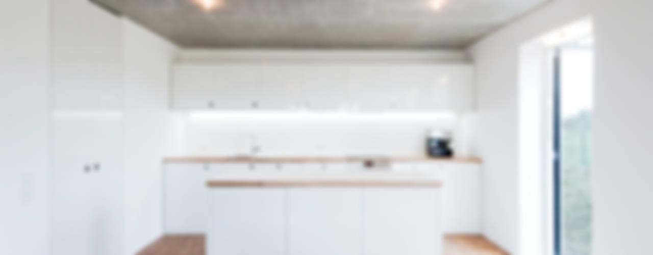 Cozinhas minimalistas por f m b architekten - Norman Binder & Andreas-Thomas Mayer Minimalista