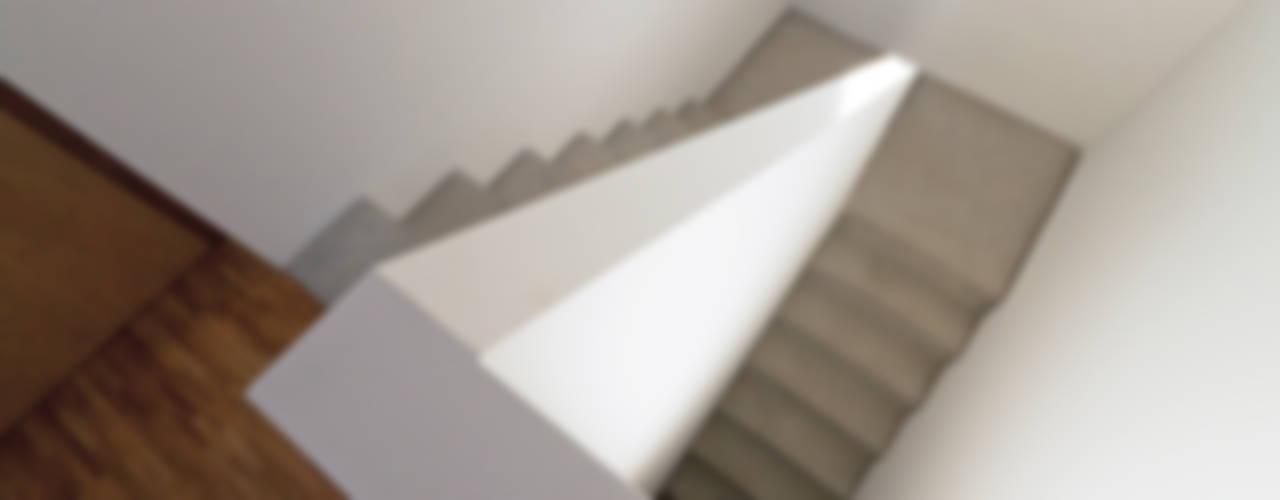 Treppenraum:  Flur & Diele von f m b architekten - Norman Binder & Andreas-Thomas Mayer