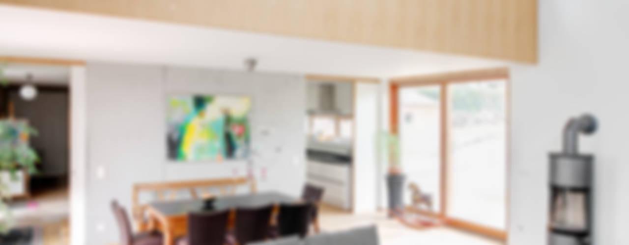 Salas de estar modernas por k² Architektur Moderno