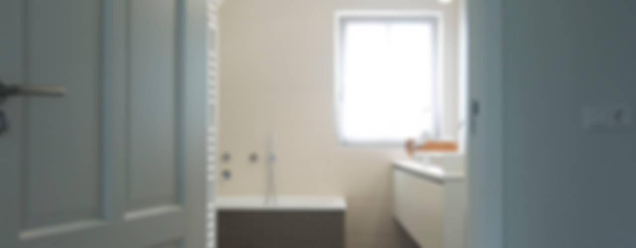 Moderne nieuwbouw:  Badkamer door Hemels Wonen interieuradvies ,