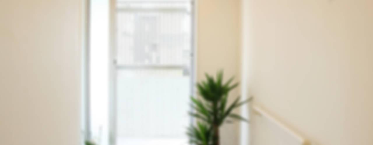 玄関: 吉田設計+アトリエアジュールが手掛けた窓です。