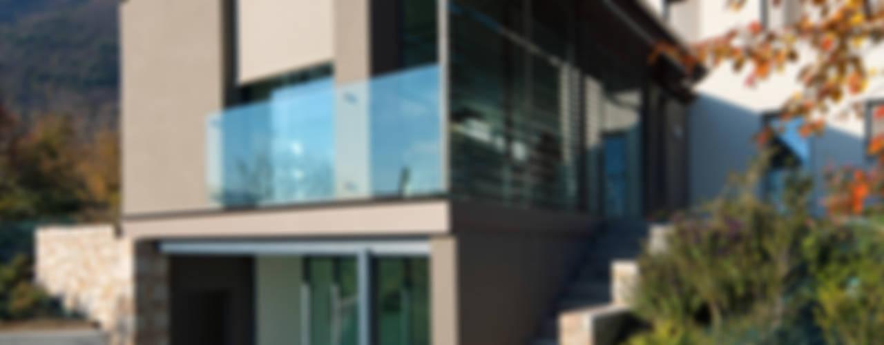 Tommy House Balcone, Veranda & Terrazza in stile rurale di SARA DALLA SERRA ARCHITETTO Rurale