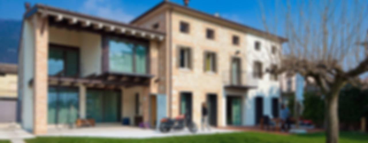 JBHouse Giardino in stile rustico di SARA DALLA SERRA ARCHITETTO Rustico