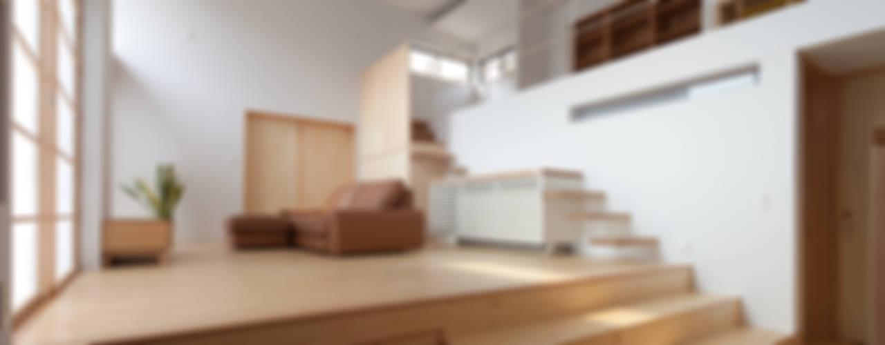 Salas de estilo ecléctico de 株式会社 井川建築設計事務所 Ecléctico