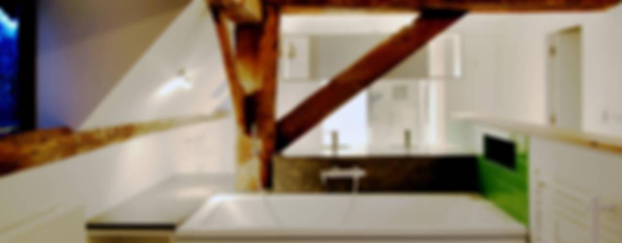Pye Barn, Oxfordshire:  Bathroom by David Nossiter Architects
