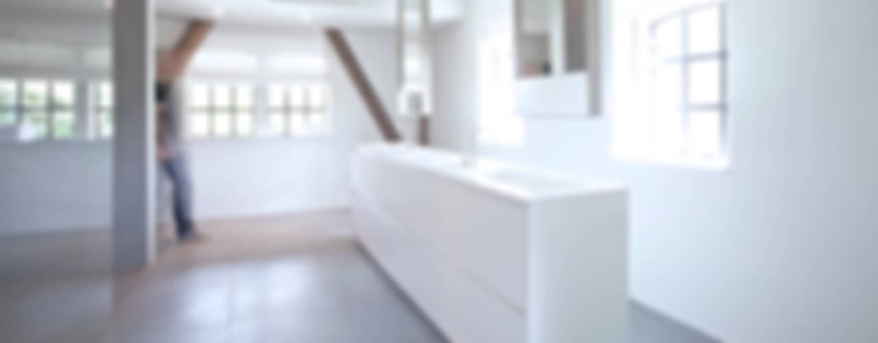 Minimalistische badkamer ensuite:  Badkamer door Studio Doccia