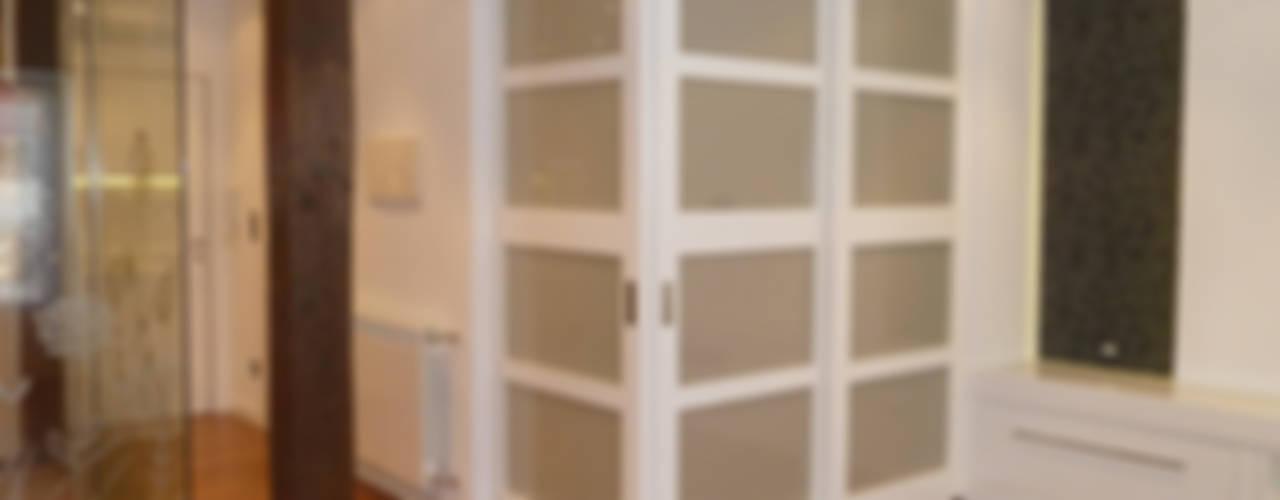 REFORMA DE VIVIENDA EN DONOSTIA Salones de estilo moderno de ERRASTI Moderno