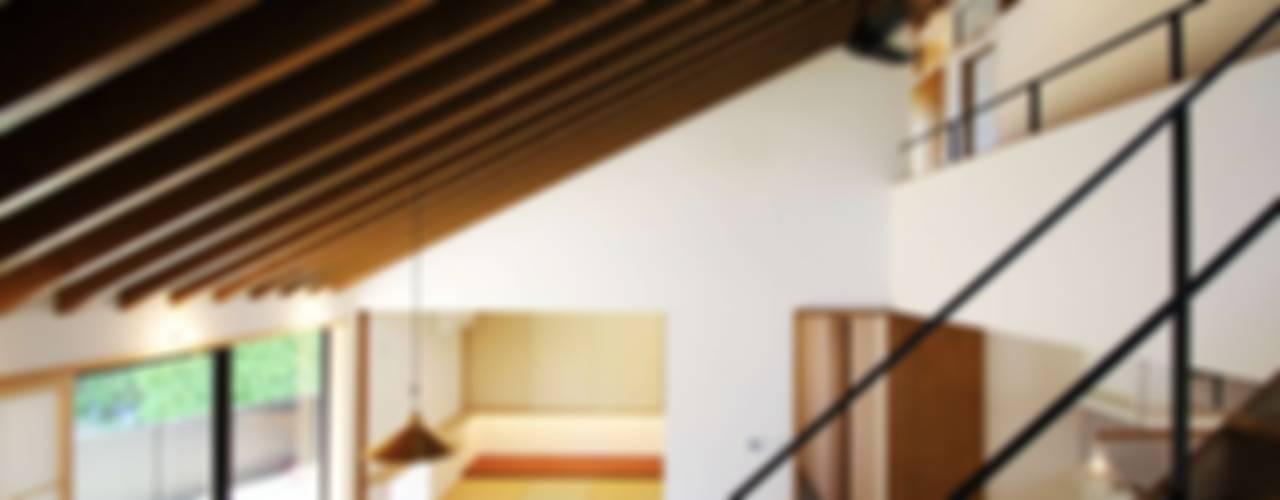忍者の住む家: 秀田建築設計事務所が手掛けたリビングです。,モダン