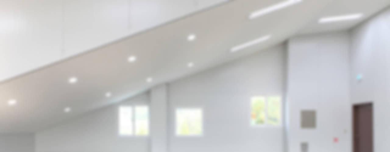243 BUILDING: 현앤전 건축사 사무소(HYUN AND JEON ARCHITECTURAL OFFICE )의  서재 & 사무실,모던