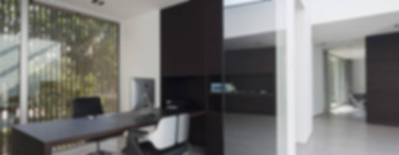 Eigentijdse bungalow:  Studeerkamer/kantoor door Lab32 architecten