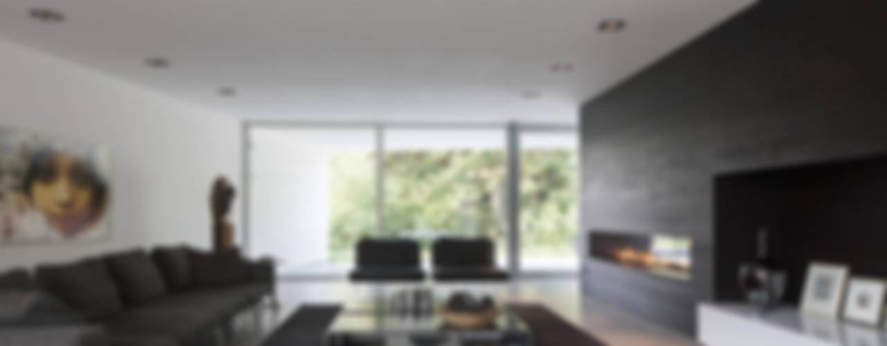 Eigentijdse bungalow:  Woonkamer door Lab32 architecten,