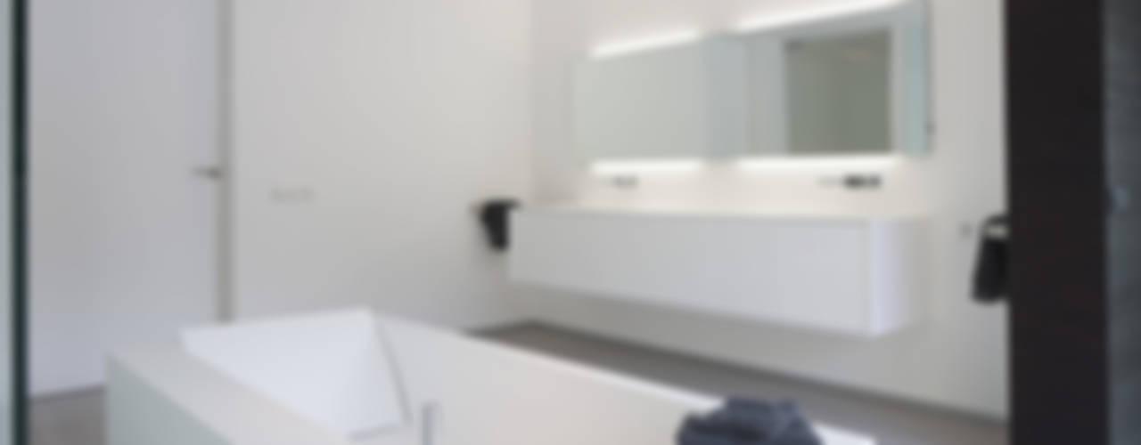 Eigentijdse bungalow:  Badkamer door Lab32 architecten
