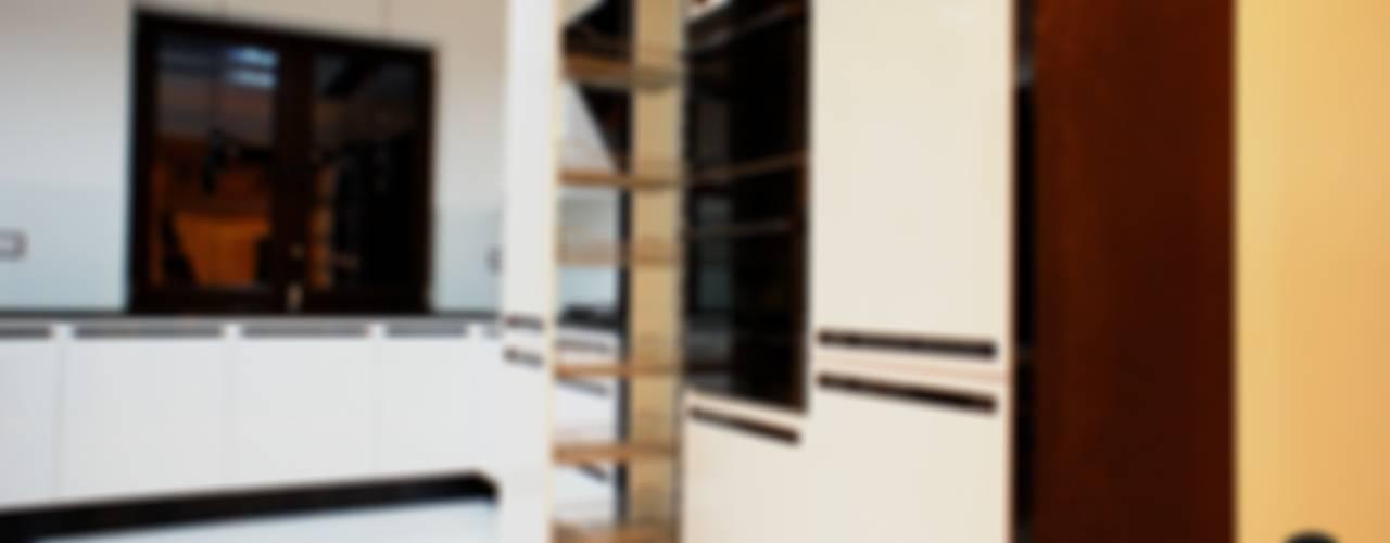 Połączenie bieli z czernią, MDF lakier połysk połączony z czarnymi uchwytami ze szkła Lacobel.: styl , w kategorii  zaprojektowany przez ABC kuchnie