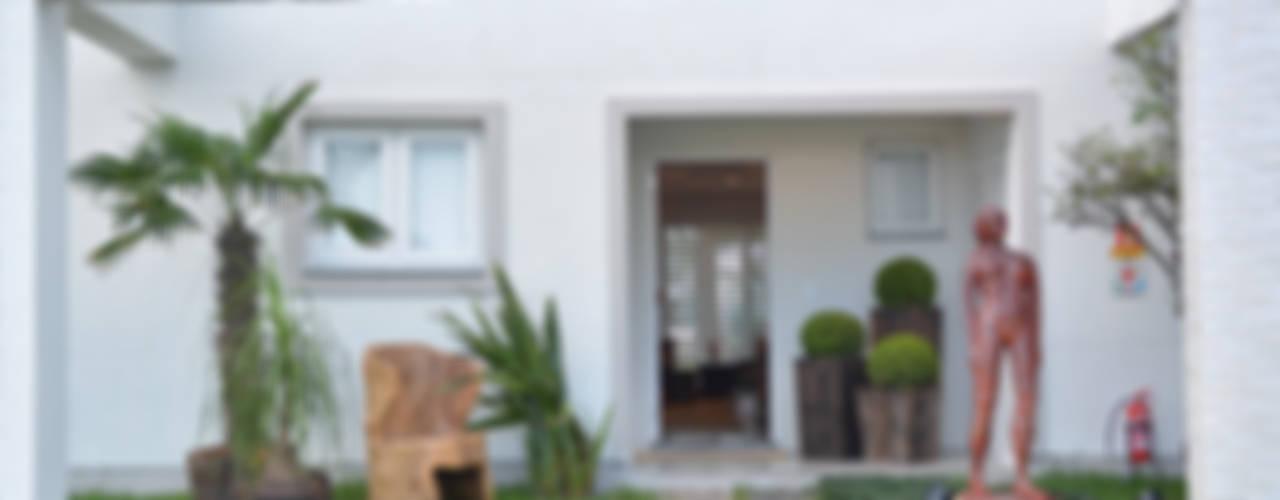 Residências Praianas Varandas, alpendres e terraços tropicais por Michele Moncks Arquitetura Tropical