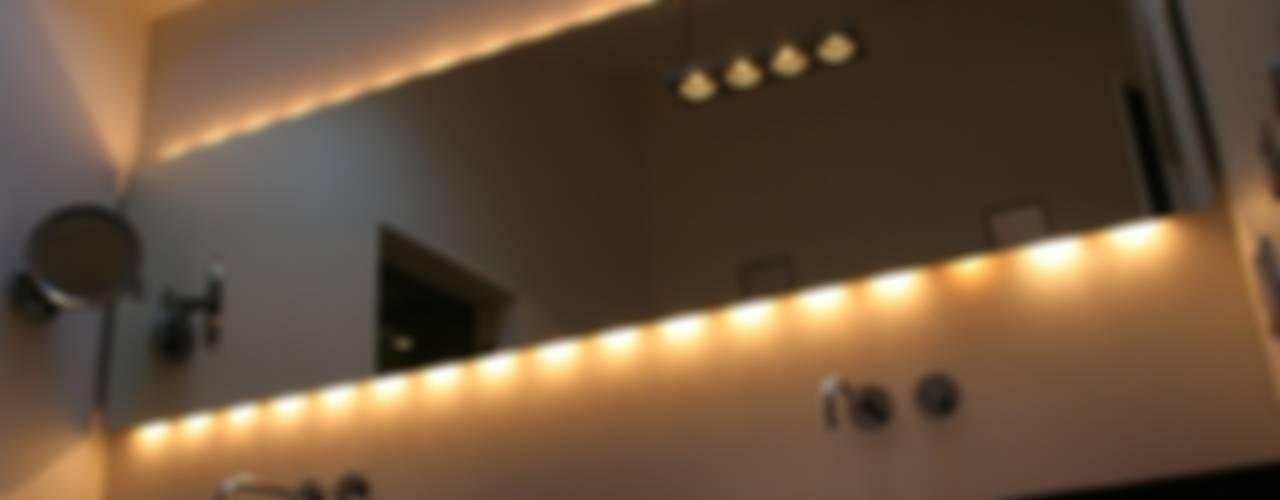 De badkamer en de essentie van verlichting Moderne badkamers van Bad & Design Modern