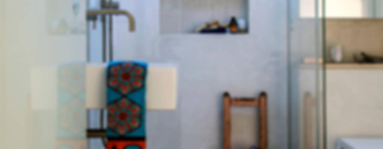 Peponi House - Back Door to Africa Tropische badkamers van STUDIO [D] TALE Tropisch