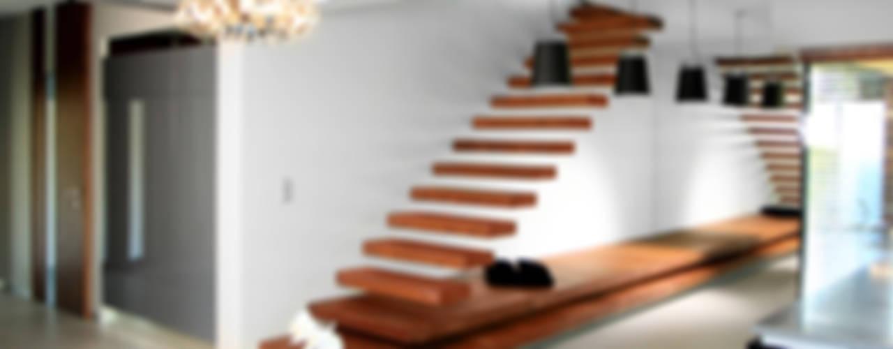Pasillos, vestíbulos y escaleras modernos de STRUKTURA Łukasz Lewandowski Moderno
