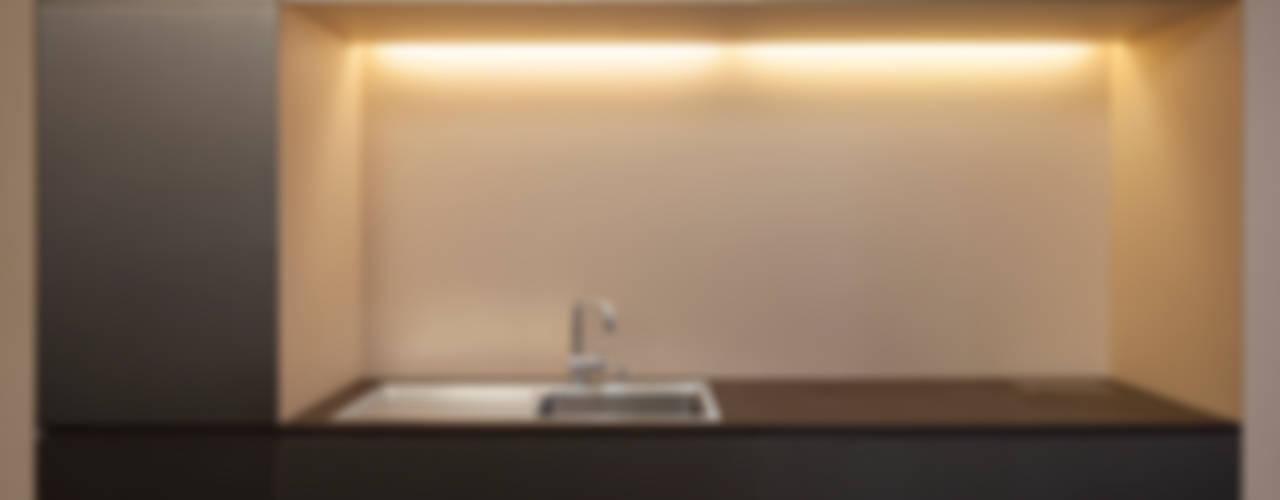 Edelstahl Küche mit indirekter Beleuchtung :   von 16elements GmbH