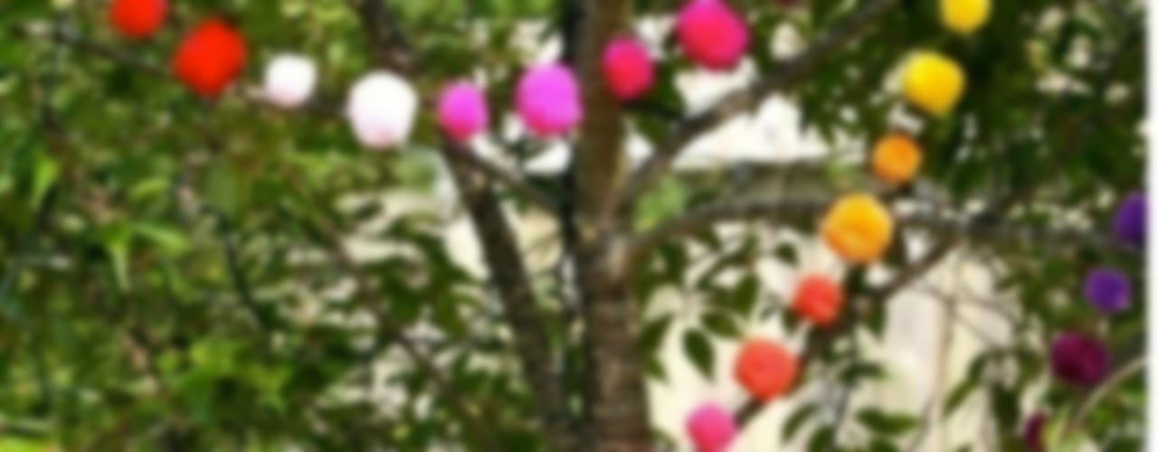 Pom Pom Garlands in the Garden Taman Gaya Eklektik Oleh PomPom Galore Eklektik