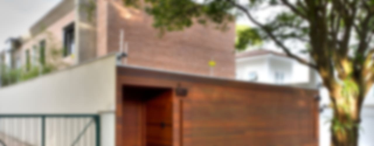 CASA URBANA: Casas  por PAULA BITTAR ARQUITETURA