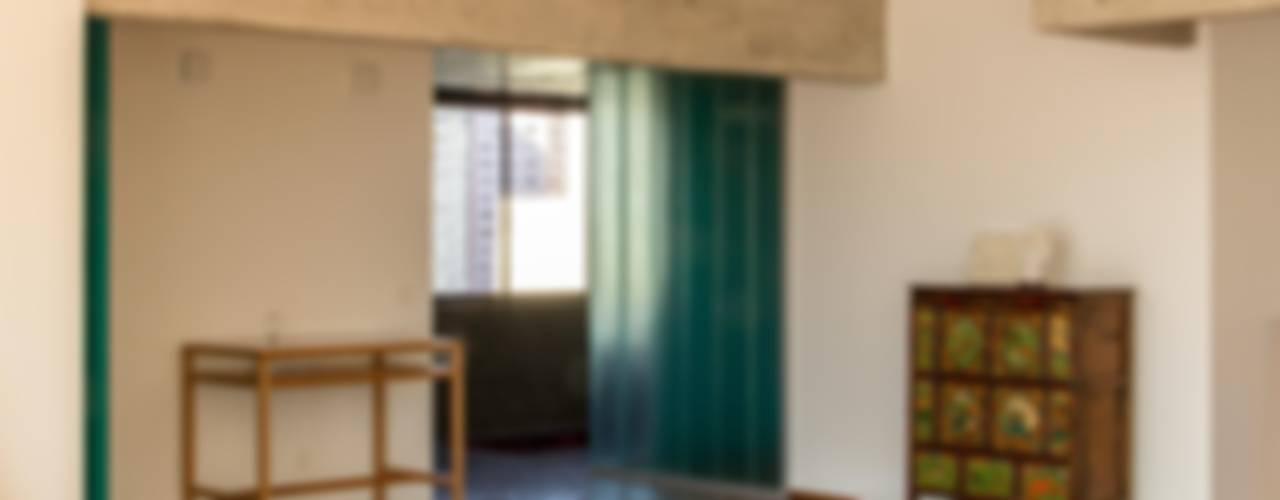 APARTAMENTO ROOSEVELT 1: Corredores e halls de entrada  por Ruta arquitetura e urbanismo