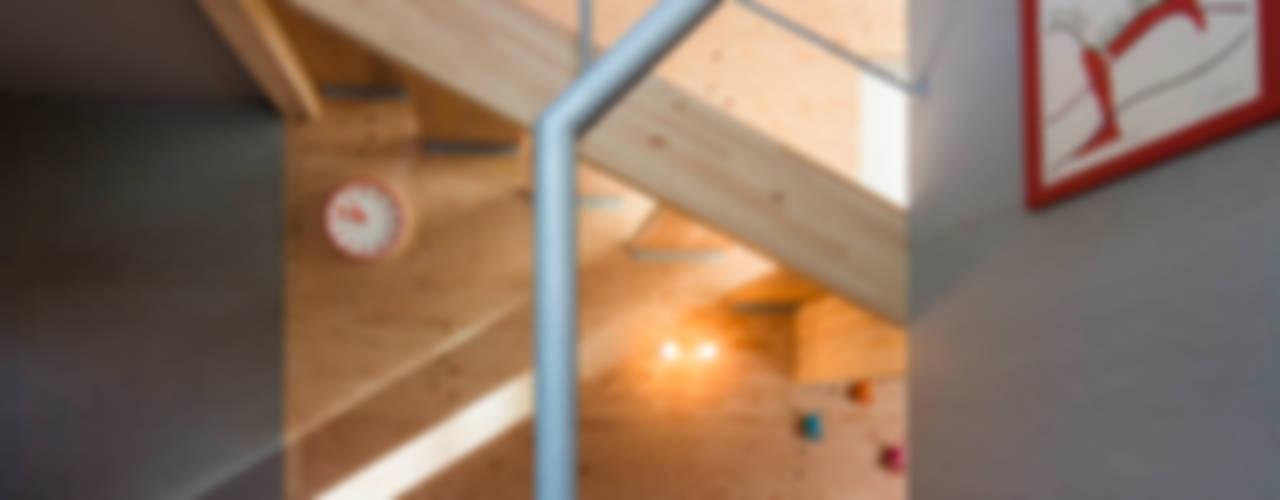 Pasillos, vestíbulos y escaleras modernos de アトリエセッテン一級建築士事務所 Moderno