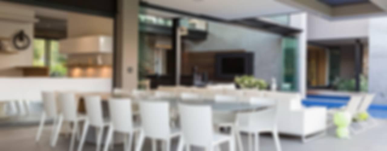House in Blair Atholl Balcones y terrazas modernos: Ideas, imágenes y decoración de Nico Van Der Meulen Architects Moderno