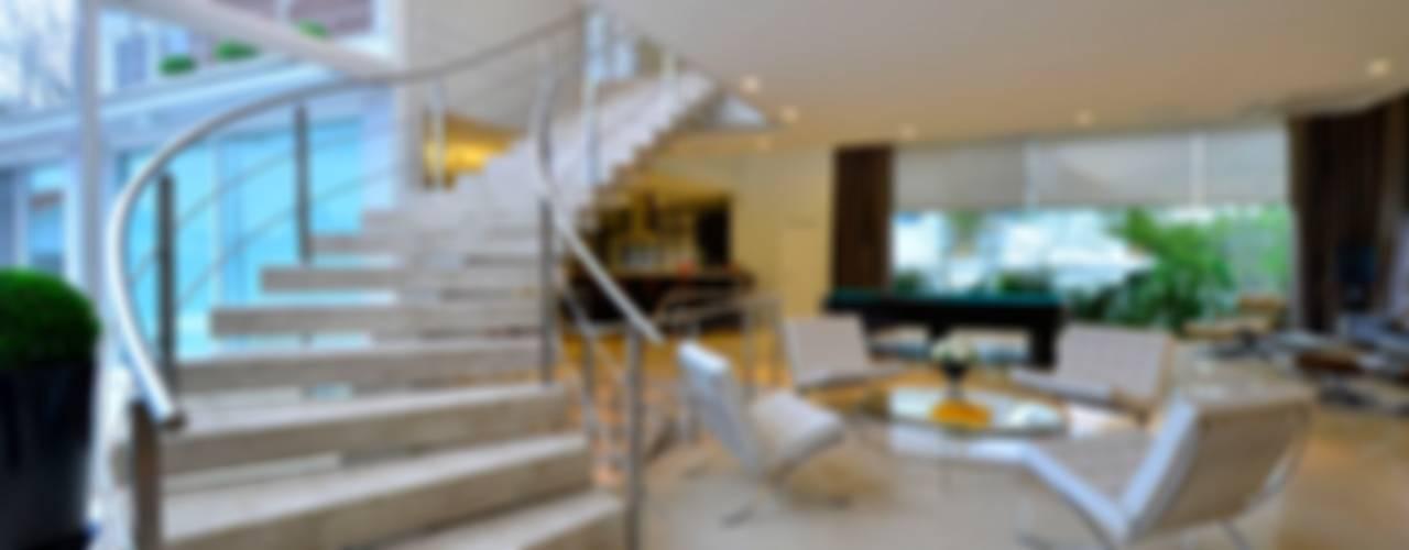 Marcelo John Arquitetura e Interioresが手掛けた廊下 & 玄関, トロピカル