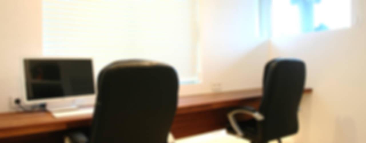 GALLERY HOUSE 미술가의 집 미니멀리스트 서재 / 사무실 by HBA-rchitects 미니멀