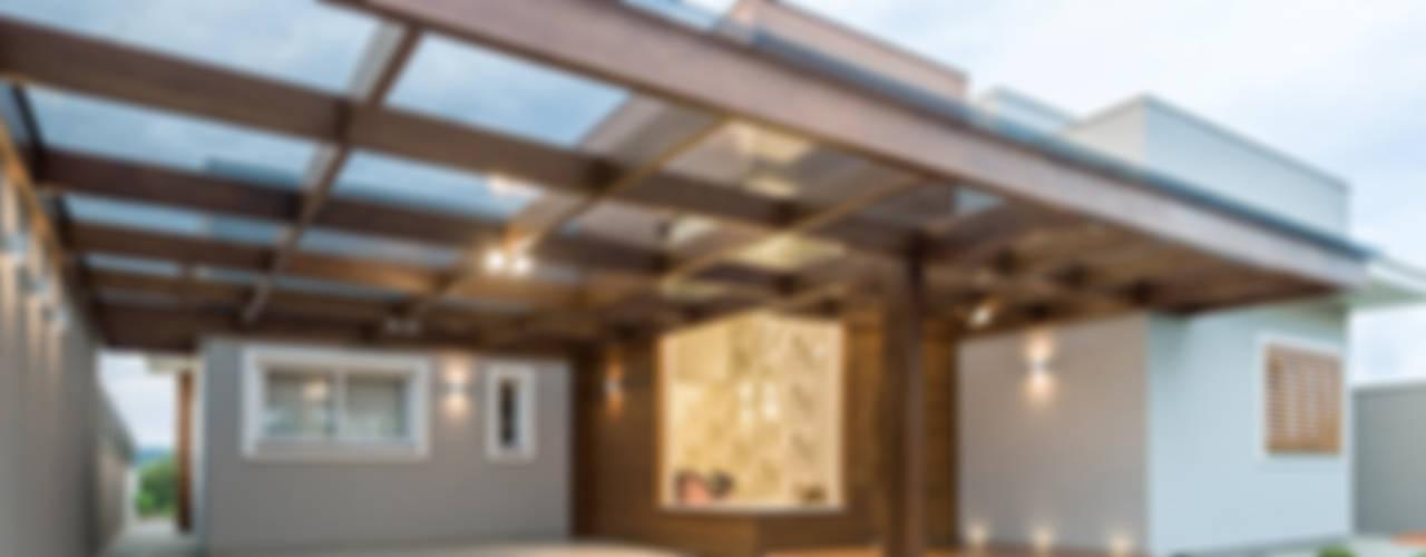 Garajes de estilo moderno de Plena Madeiras Nobres Moderno