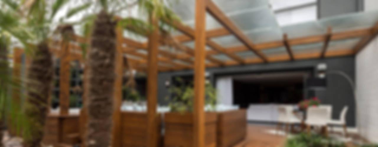 Balcones y terrazas modernos: Ideas, imágenes y decoración de Plena Madeiras Nobres Moderno