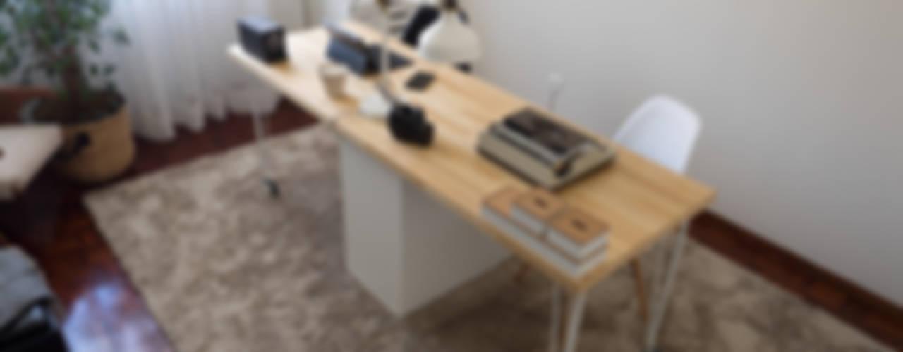 Escritório Preto no Branco: Escritórios e Espaços de trabalho  por MUDA Home Design