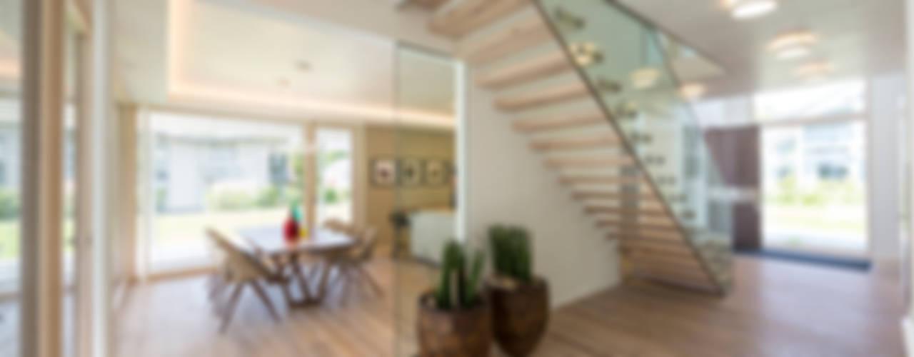 Pasillos, vestíbulos y escaleras de estilo moderno de ARKITURA GmbH Moderno