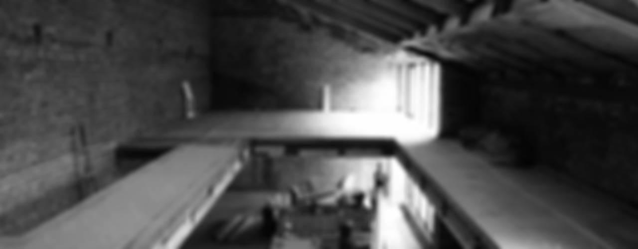 ДО И ПОСЛЕ / ВИЛЛА НА КРЫШЕ: Переделка чердачного пространства в трехуровневый пентхаус:  в . Автор – Svetozar Andreev Architectural Studio: Hotei-Russia