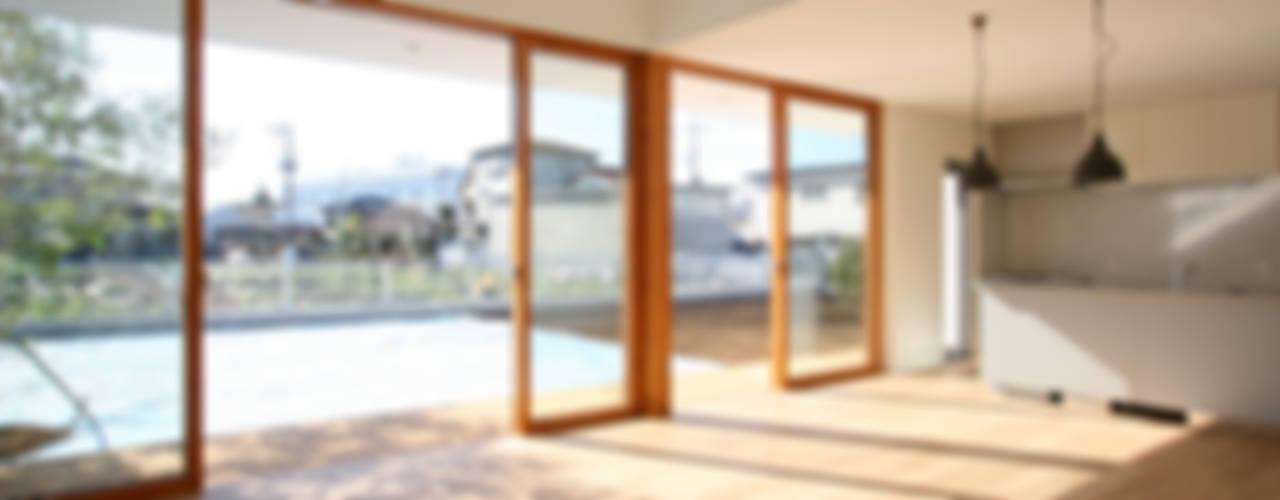 Puertas y ventanas de estilo escandinavo de 設計事務所アーキプレイス Escandinavo