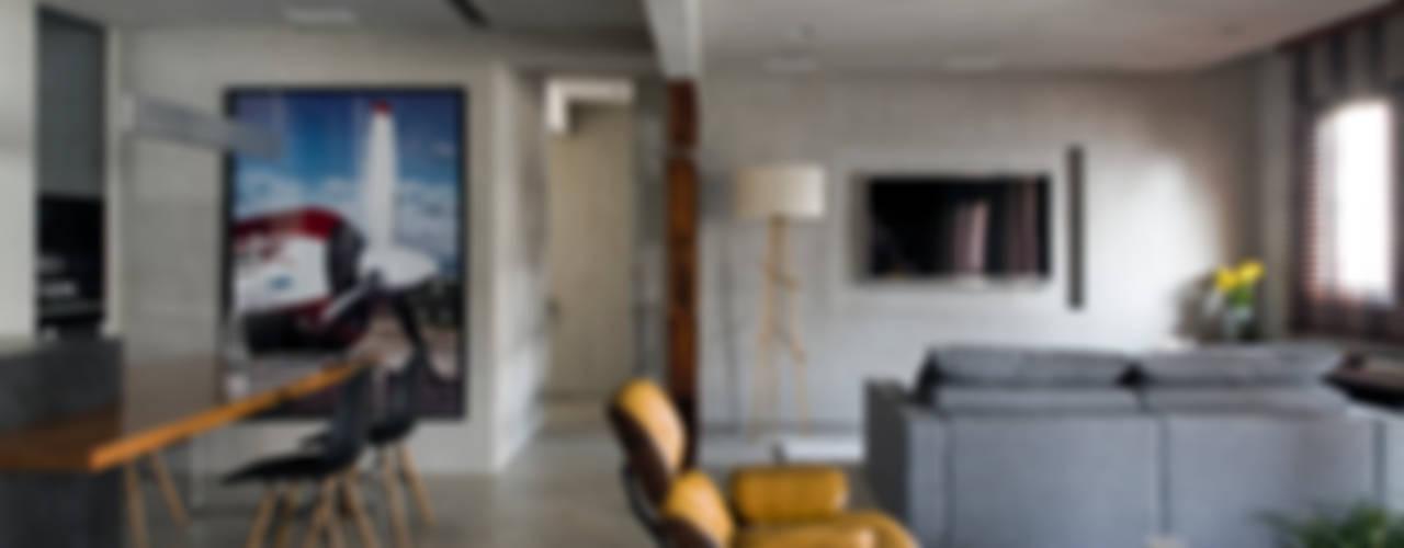 Real Parque Loft: Salas de estar  por DIEGO REVOLLO ARQUITETURA S/S LTDA.