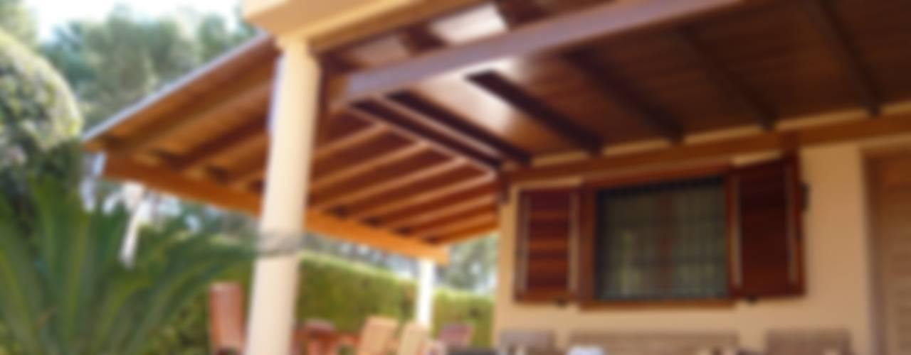 Porche de madera a un agua en color teka: Jardines de estilo  de Ático y Jardín
