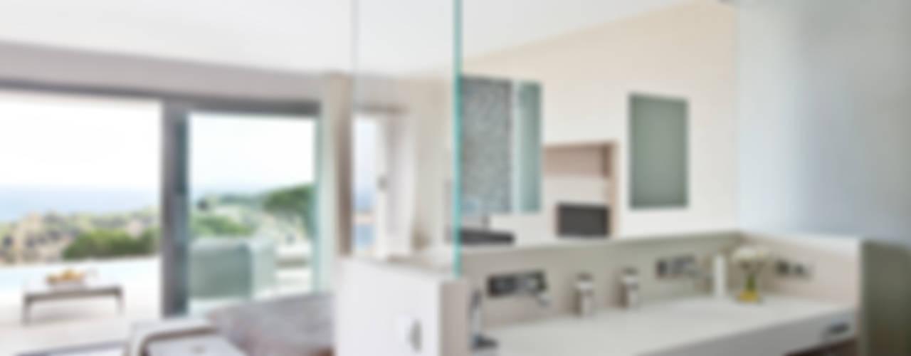 Дом в Сагаро, Испания. Ванная комната. IND Archdesign.: Ванные комнаты в . Автор – IND Archdesign