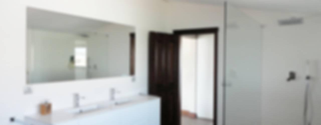 Baños de estilo ecléctico de GAAPE - ARQUITECTURA, PLANEAMENTO E ENGENHARIA, LDA Ecléctico