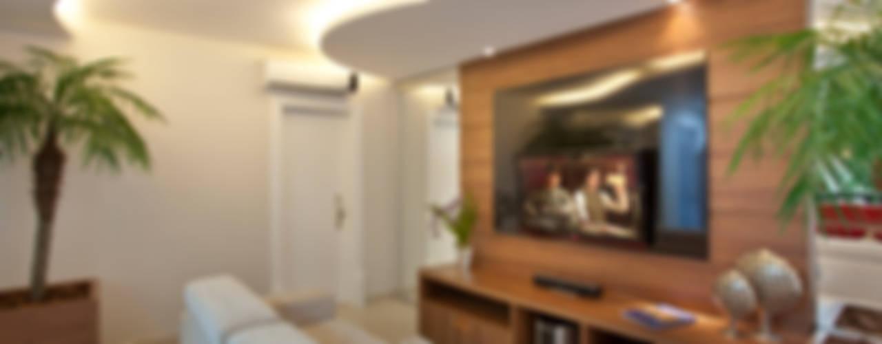 غرفة الميديا تنفيذ Designer de Interiores e Paisagista Iara Kílaris,