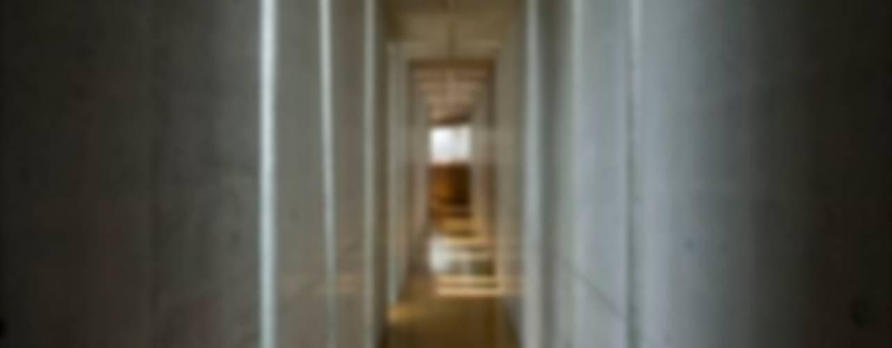 Corridor & hallway by EASTERN design office イースタン建築設計事務所