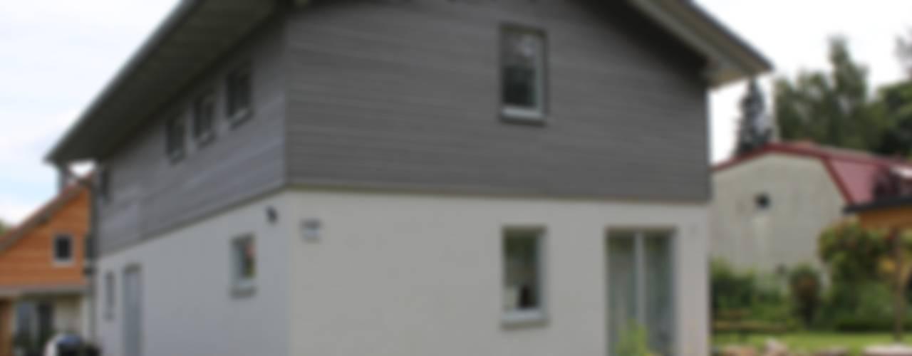 Wohngesundes Holzhaus - modern und kostengünstig Moderne Häuser von Neues Gesundes Bauen Modern