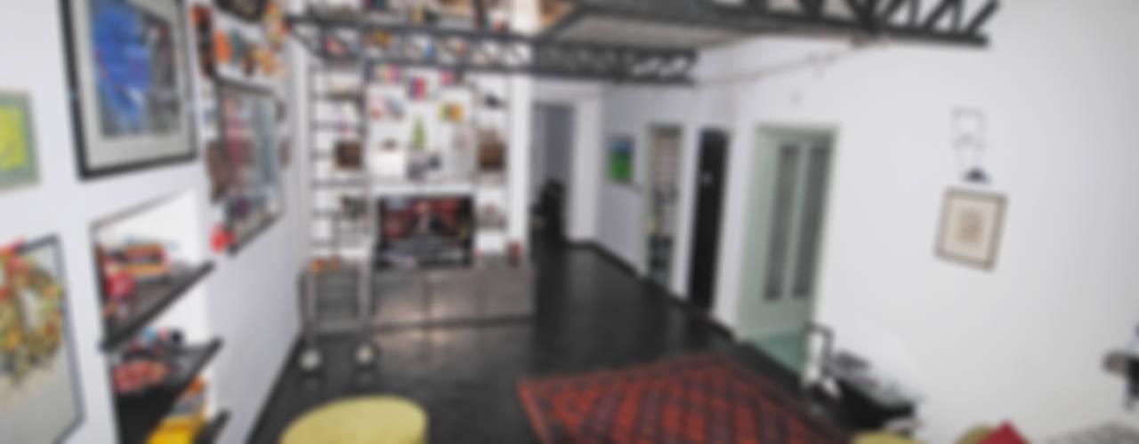 Rifunzionalizzazione di un appartamento di sottotetto in centro storico Soggiorno in stile industriale di ARCHILOCO studio associato Industrial