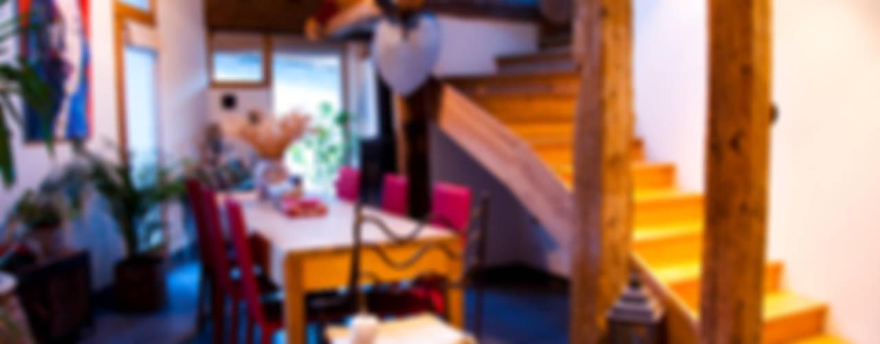 un appartement dans une grange sur trois niveaux, en Savoie Salle à manger rurale par atelier choron pellicier Rural