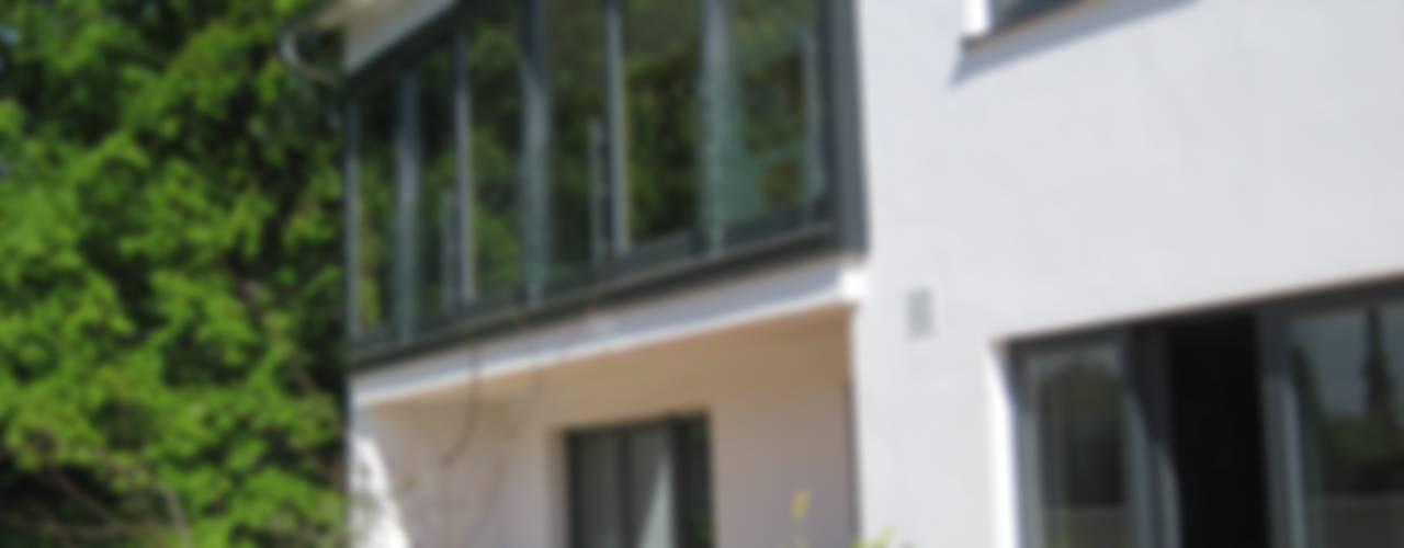 Umbau und Erweiterung eines Mehrfamilienhauses Architekturbüro Kirchmair + Meierhofer Moderner Balkon, Veranda & Terrasse