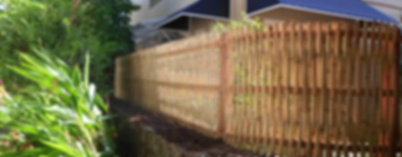 Cercas e painéis de bambu para áreas internas e externas. Casas rústicas por Bambu Rei Eco-Design Rústico